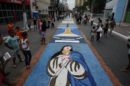 Após montagem do maior tapete de sal da América Latina, 30 mil fiéis participam de missa