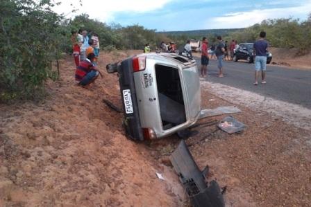 Carro bate em barranco, tomba e deixa três pessoas feridas no Piauí