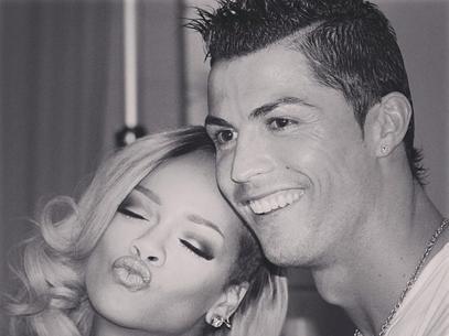Rihanna posa fazendo biquinho ao lado do craque Cristiano Ronaldo