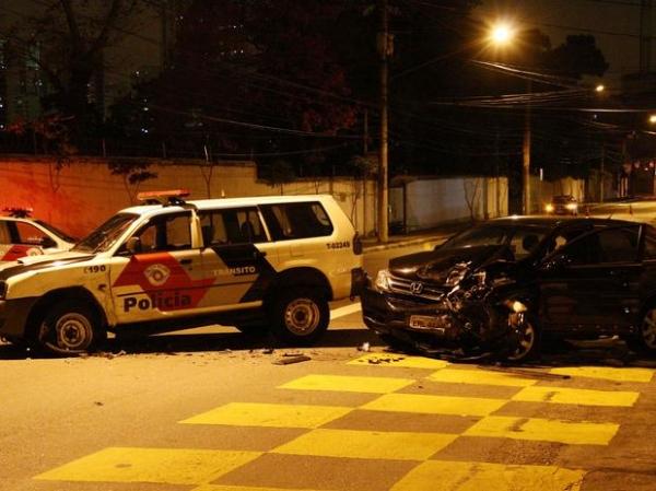 Dupla rouba carro e é detida após bater em viatura da polícia