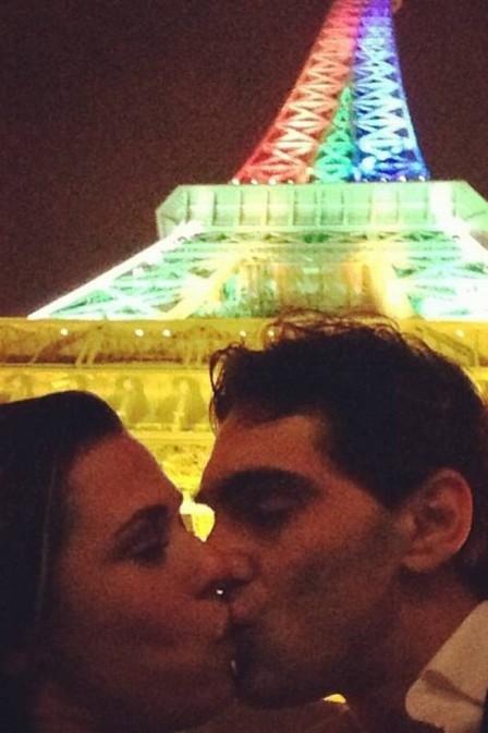 Giba posa em clima de romance com a namorada em Paris