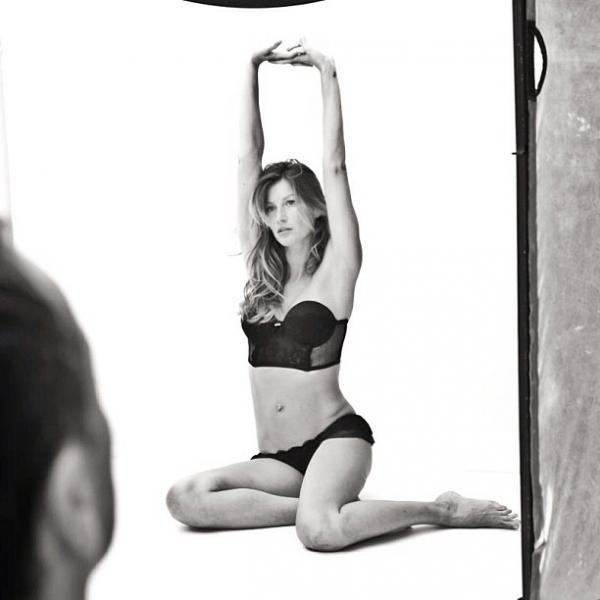 Gisele Bündchen mostra os bastidores de campanha de lingerie