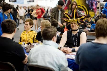Jovem usa máscara inusitada para ir a feira de quadrinhos, em Londres
