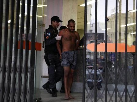 Suspeito de atear fogo em prédio e é levado de cuecas para a delegacia