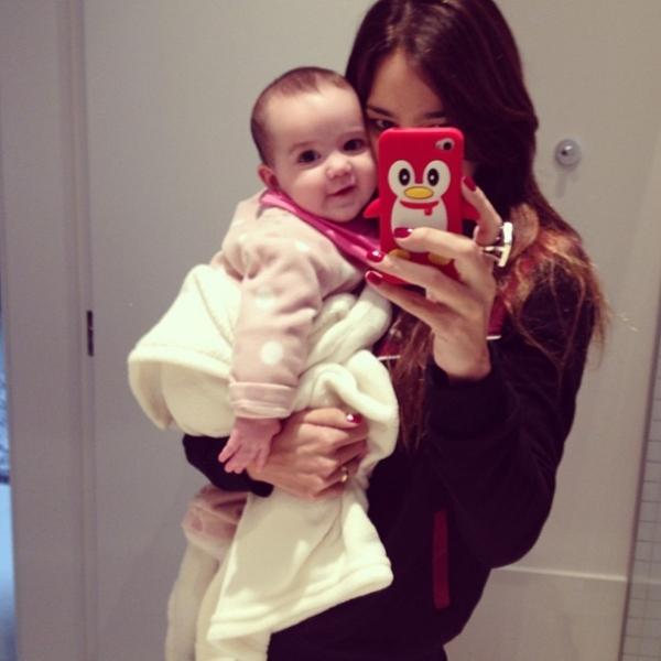 Vera Viel, mulher de Rodrigo Faro, posta foto agarradinha com a filha