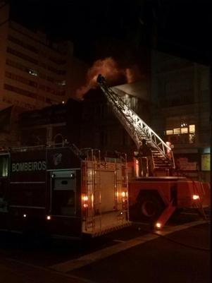Casa noturna pega fogo na área central de Porto Alegre-RS
