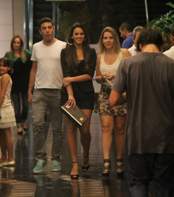 De pernas à mostra, atriz Bruna Marquezine faz programa cultural
