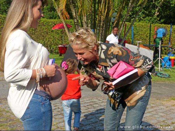 Em reencontro com paquitas, Xuxa se impressiona com barrigão da Xiquitita