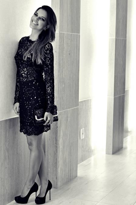 Mariana Rios aposta em vestido de renda preta para cair na noite