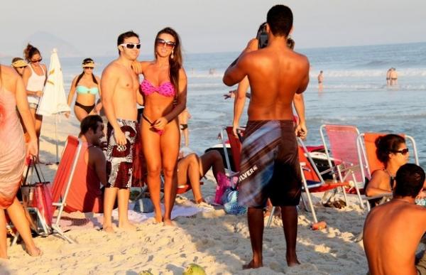 Nicole Bahls vai à praia de fio-dental e encontra o ex-BBB Diego Alemão