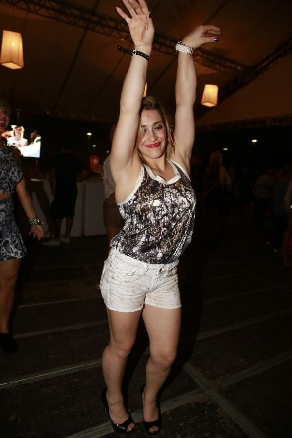 Danielle Hypólito exibe depilação vencida em show do cantor Thiaguinho