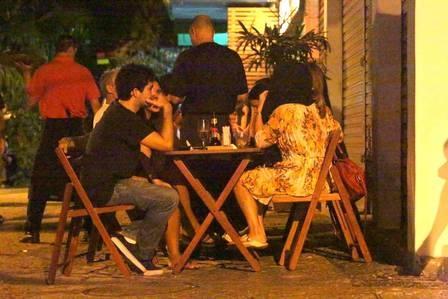 Cissa Guimarães cobre a cabeça com casaco para se esconder de paparazzo