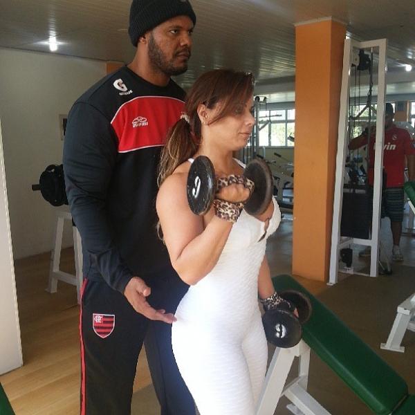 Viviane Araújo se joga na malhação para afinar os braços