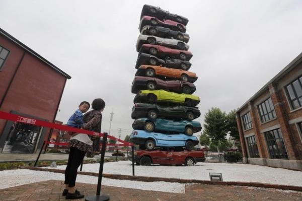 Artistas chineses criam escultura com 13 carros coloridos empilhados