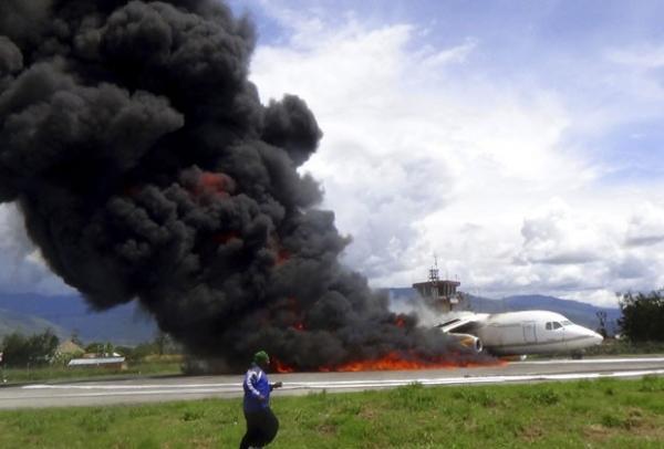 Avião que transportava óleo pega fogo na Indonésia e deixa uma pessoa ferida