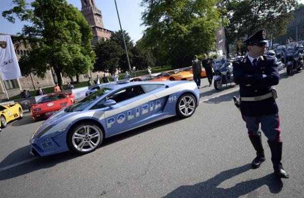 Polícia da Itália exibe Lamborghinis para patrulhar as ruas