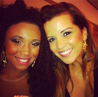 Sem rivalidades! Renata Santos posa com rainha de bateria da Mangueira