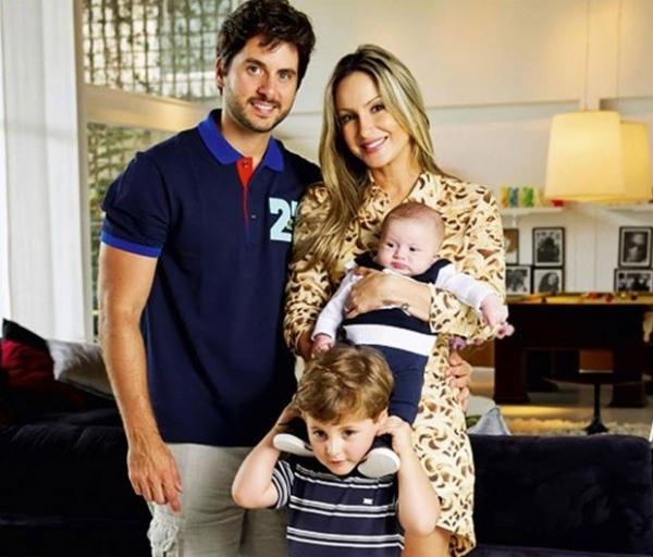 Claudia Leitte tira foto em família e fala sobre ser mãe: