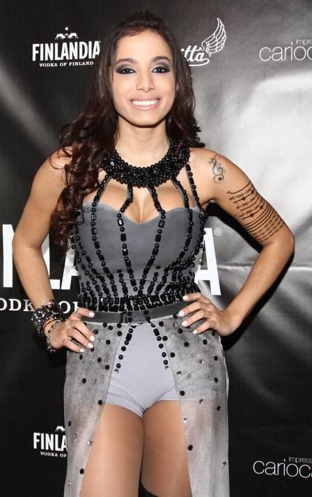 Anitta faz show com plateia cheia de famosos e ensina Nicole Bahls a dançar: ?Leva jeito?  Leia mais: http://extra.globo.com/famosos/anitta-faz-show-c