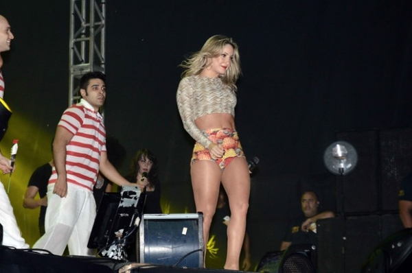 Claudia Leitte usa short curtinho com estampa de cajus em show