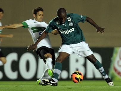 Goiás é vaiado, mas arranca empate no final contra Coritiba