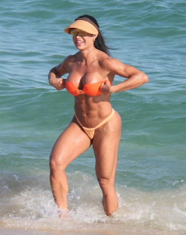 Gracyanne Barbosa curte praia da Barra, no Rio, e come banana