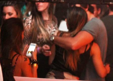 Jesus Luz é flagrado aos beijos com morena e deixa festa acompanhado de três mulheres