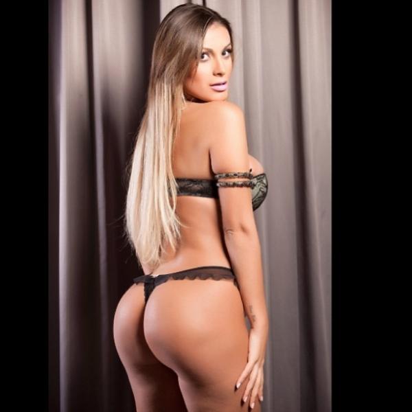 Andressa Urach posa de lingerie para divulgar concurso nos EUA