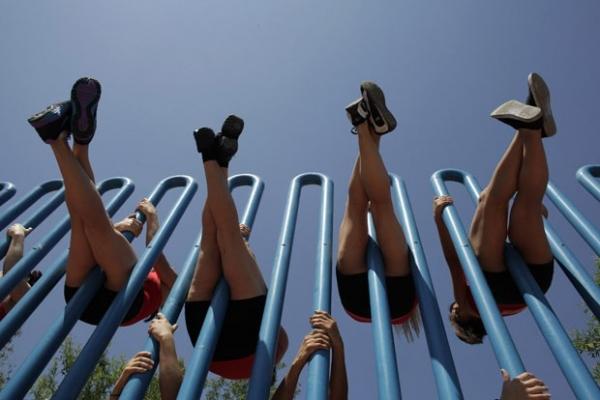 Jovens improvisam show de pole dance em áreas públicas no México