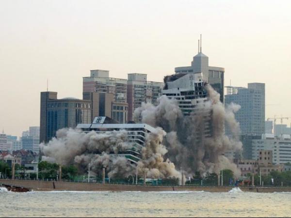 Prédios de hotel cinco estrelas de 27 anos são implodidos na China