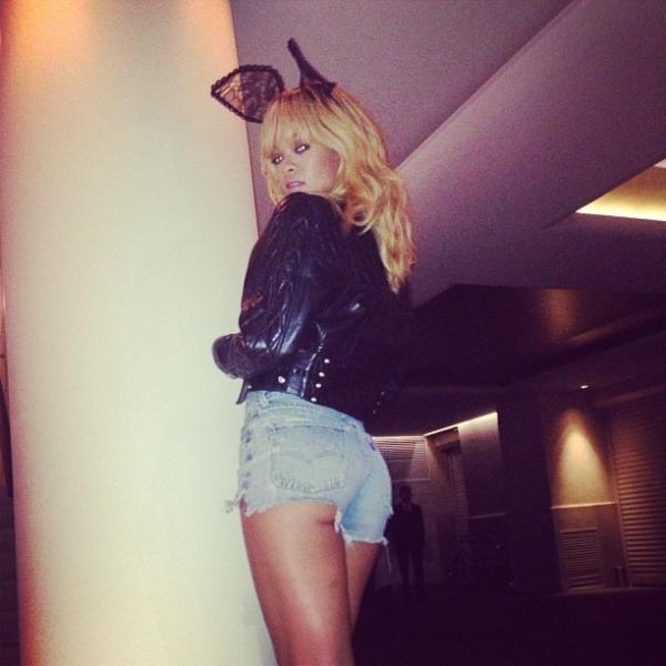 Rihanna usa short curtinho que deixa parte do bumbum à mostra
