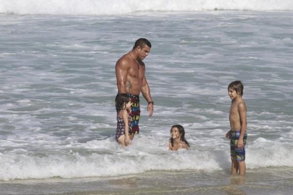 Vítor Belfort se diverte na praia com os três filhos