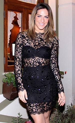 Giovanna Ewbank exibe as curvas com vestido rendado e transparente