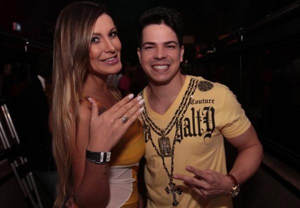 Andressa Urach curte show com namorado e mostra anel de compromisso