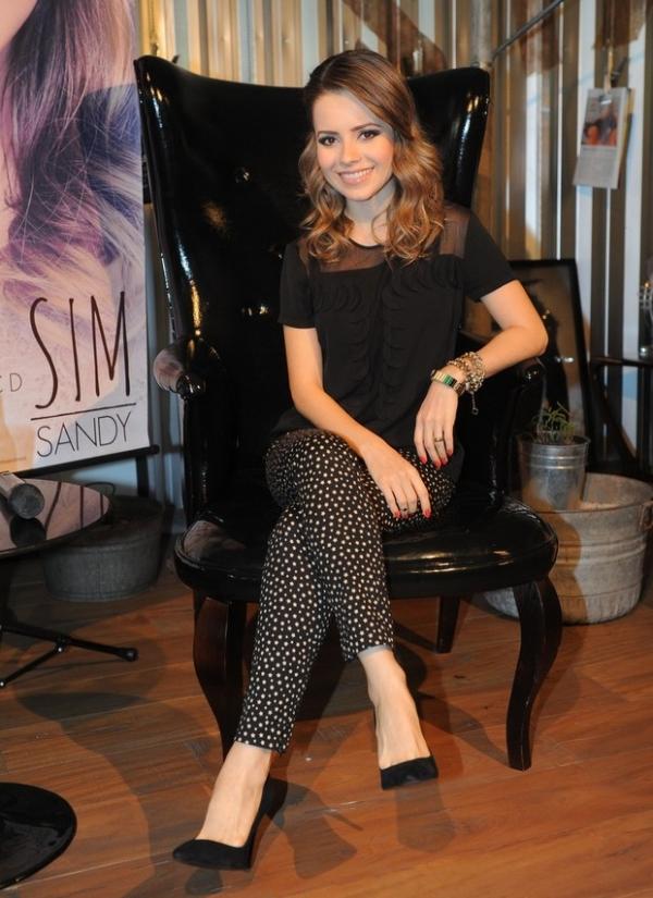 Depois de boatos de gravidez, Sandy divulga novo CD em São Paulo