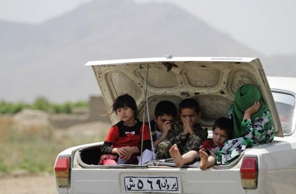Motorista leva quatro crianças e uma mulher em porta-malas de carro no Afeganistão