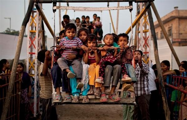 Roda-gigante é movida pela força humana e malabarismos na Índia