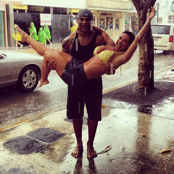 Scheila Carvalho posta foto tomando banho de chuva no colo do marido