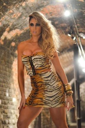 Juju Salimeni e Carol Narizinho usam vestidos curtinhos em ensaio