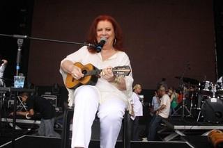 Transferida para UTI , cantora Beth  Carvalho está lúcida e bem, diz a filha