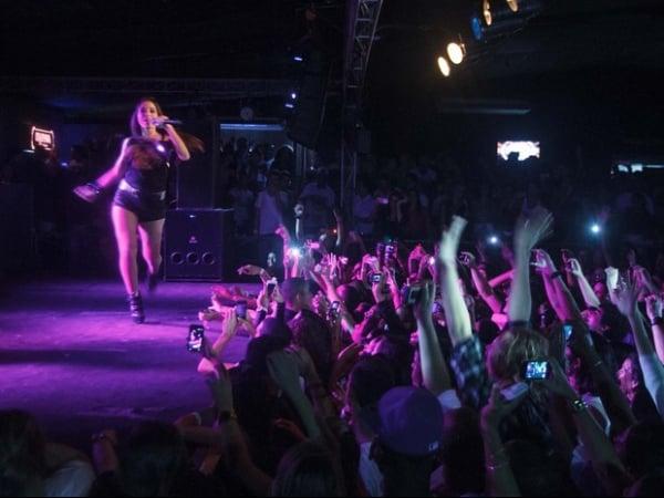 Anitta faz pose à la Michael Jackson durante show em Niterói