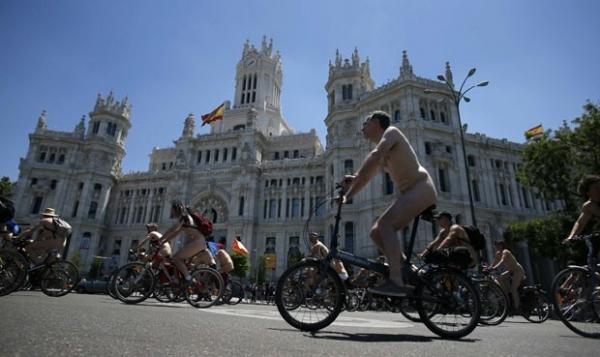 Ciclistas pedalam pelados em Madri  em protesto por respeito e via seguras