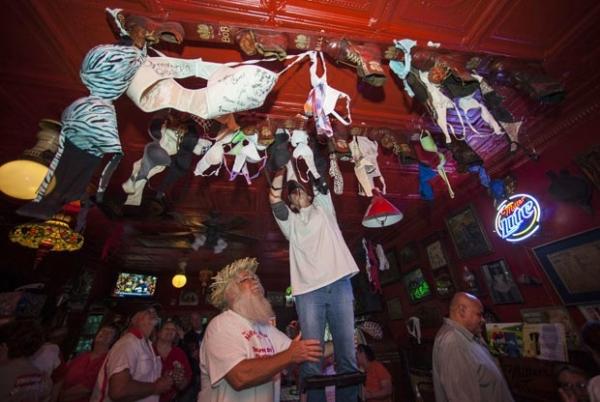 Dona garante direito de decorar teto de bar com sutiãs nos EUA