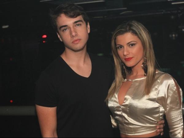Olin Batista fecha a cara em foto em  boate ao lado da namorada, Babi Rossi