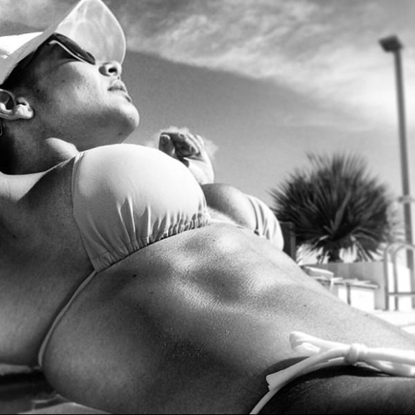 Scheila Carvalho posta  foto exibindo barriga  sarada ao tomar sol