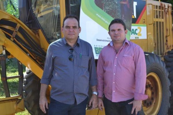 Prefeito de Aroazes Tomé Portela recebe motoniveladora - Imagem 5