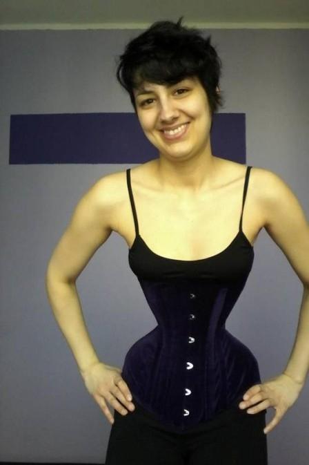 Alemã com cintura de 40cm quer reduzir a medida e bater recorde