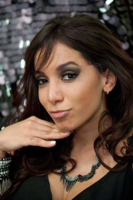 Anitta nunca está sozinha: