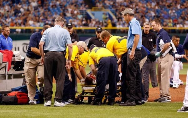 Atleta da liga de baseball  sofre concussão após  levar bolada na cabeça