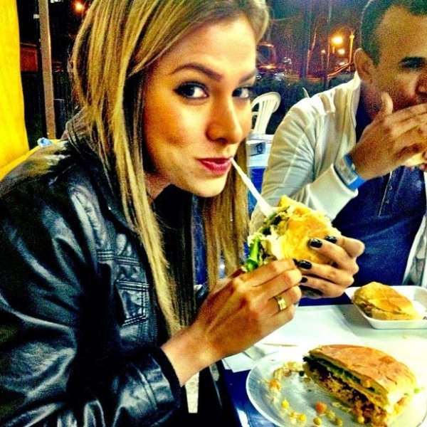 Ex-BBB Adriana posta foto devorando sanduíche em seu Instagram